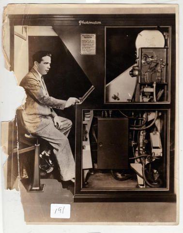 Анатоль Джозефо демонстрирует устройство кабинки фото 1927 года
